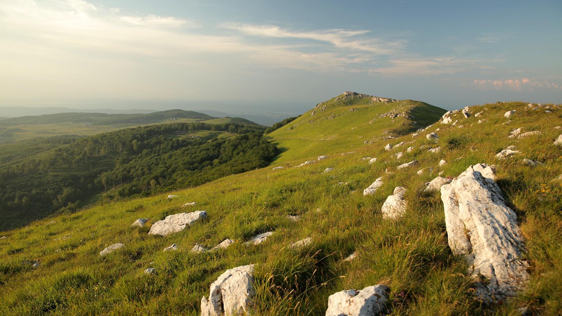 За Балкана и хората – Изглед към м. Узана